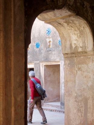 Des tuiles bleues sont encore visibles sur les murs intérieurs du Jahangir Mahal, Orchha, Inde.