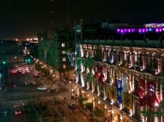 Vue de la terrasse du Gran Hotel de Mexico sur les édifices coloniaux qui bordent le zocalo du Centro Historico. Dans quelques jours, les décorations seront terminées et illumineront la place entière. Mexico.