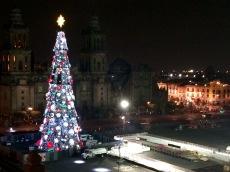 Vue sur le zocalo du Centro Historico, du Gran sapin de Noël et de la patinoire en plein air, à partir de la terrasse du Gran Hotel de Mexico. Mexique.