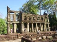 Une structure de deux étages est visible près de l'une des entrées de Preah Khan. L'usage de cette construction demeure inconnu. Siem Reap, Cambodge.