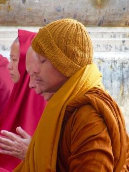 Une grande paix se lit sur le visage de ce moine pendant sa méditation devant le Bodhi sacré. Temple Mahabodhi, Bodh Gaya, Inde.