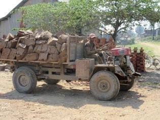 La glaise est découpée à la pelle puis transportée par camion jusqu'à la fabrique tout près. Kratie, Cambodge.