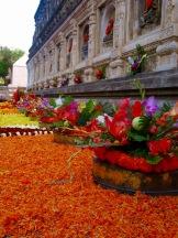 Balustrade couverte de fleurs au temple Mahabodhi, Bodh Gaya, Inde.