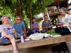 Les femmes nous ont invités à nous asseoir près d'elles sur cette structure qui ressemble à une grande table basse. C'est un endroit privilégié pour travailler, socialiser où se reposer. Kratie, Cambodge.