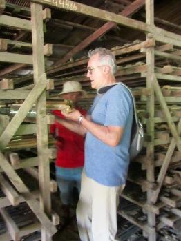 Robert et Sokcheat aident une petite famille dans une fabrique de tuiles pour les toits, en transportant les tuiles humides vers un séchoir. Kratie, Cambodge.