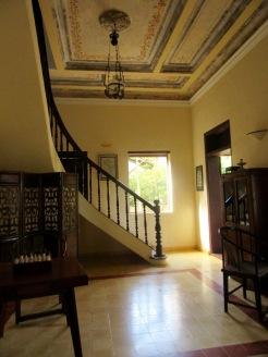 Une des pièces intérieures du Relais de Chhlong, bien restauré, paisible et invitant. Chhlong, Cambodge.
