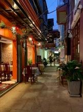 Un petit restaurant situé à l'abri de la cohue de Pub Street, Siem Reap, Cambodge.