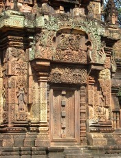Fausse porte et ses décorations à Banteay Srei, Siem Reap, Cambodge.