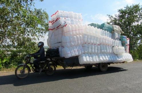 Pour un déplacement des plus rentables...il faut être un peu équilibriste. Kratie, Cambodge.
