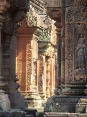 La lumière s'infiltre entre deux temples de Banteay Srei, Siem Reap, Cambodge.