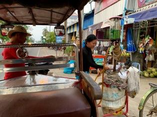 Sokcheat fait le plein d'essence pour sa moto à une pompe artisanale, mais très efficace. Chhlong, Cambodge.