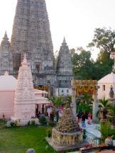 Complexe de structures entourant le temple Mahabodhi à Bodh Gaya, Inde.