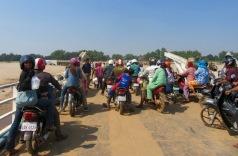 La traversée du Mékong sur un traversier. Kratie, Cambodge.