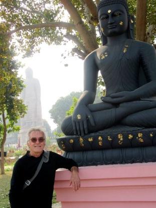 Visite au temple Thaï à Sarnath. Loin derrière Robert nous apercevons un Bouddha de plus de 80 pieds, Inde.