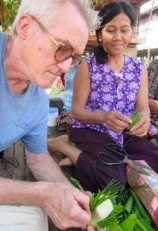 Robert participe à la fabrication de décorations pour la cérémonie qui se tiendra bientôt. Kratie, Cambodge.