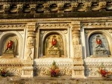 Bouddha fleuri sur le mur extérieur du temple Mahabodhi, Bodh Gaya, Inde.