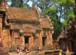 Les temples de Banteay Srei sont reconnus pour leurs décorations fines et délicates. Siem Reap, Cambodge.