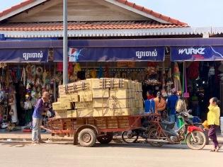 Un chargement arrive pour l'un des marchands du marché Psar Chaa