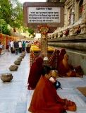 Moines pendant leur méditation au temple Mahabodhi, Bodh Gaya, Inde.