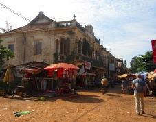 Des commerces ont maintenant pris place dans les grandes demeures coloniales et forment un grand marché. Chhlong, Cambodge.