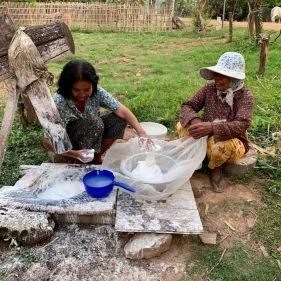 Ces femmes préparent des nouilles de riz selon une méthode artisanale traditionnelle, leur production est vendue dans le voisinage. Chhlong, Cambodge.