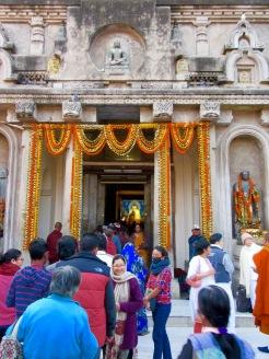 Il faut faire la file pour entrer au temple Mahabodhi et se recueillir devant le Bouddha aux cheveux bleus, Bodh Gaya, Inde.