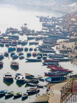 Le brouillard se dissipe lentement sur les barques qui attendent les visiteurs, Varanasi, Inde.