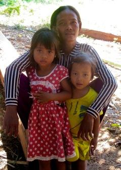 Une gentille grand-mère est venue nous faire la jasette. Kratie, Cambodge.