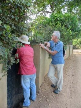 Après avoir trouvé le gîte Le Relais de Chhlong, Sokcheat demande si nous pouvons le visiter. Cambodge.