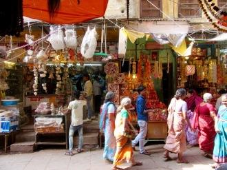 Scène de rue en marchant vers le ghat Dasashwamedh, Varanasi, Inde.