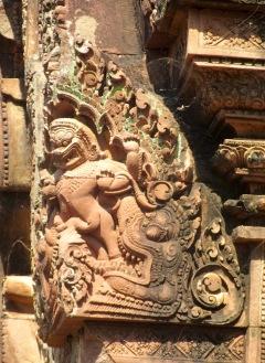 Détail de l'une des corniches d'un temple de Banteay Srei. Siem Reap, Cambodge.