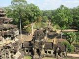 Vue plongeante sur l'entrée du Baphuon. De chaque côté, des pierres numérotées attendent de se trouver une place dans la reconstruction de l'édifice, constituant un immense casse-tête. Angkor Thom, Siem Reap, Cambodge.