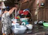 Les nouilles de riz sont rincées à l'eau froide. Chhlong, Cambodge.