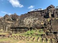 Le Bouddha couché derrière le Baphuon. Pouvez-vous le discerner? Il occupe le mur au complet. Angkor Thom, Siem Reap, Cambodge.