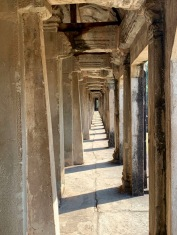 Ce long corridor entoure le mur finement sculpté de l'enceinte du Angkor Wat. Siem Reap, Cambodge.