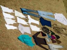 Des vêtements étendus sur le sol pour le séchage après avoir été lavés dans le Gange, Varanasi. Inde.