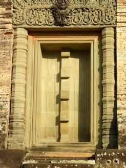 Fausse porte de l'une des structures tout en haut de Prè Rup, baignée du soleil de la fin d'après-midi. Site d'Angkor, Siem Reap, Cambodge.