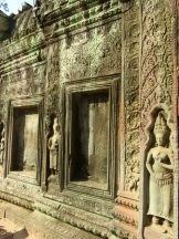 Les racines des arbres ont repris possession de Ta Prohm et attirent l'attention des photographes, mais il ne faut pas oublier les fines ciselures sur les murs et les apsaras bien conservées. Siem Reap, Cambodge.