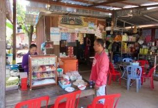 Sur le chemin de Chhlong, Sokcheat s'est arrêté dans un petit resto sur le bord de la route. Nous y avons dégusté d'excellents rouleaux de printemps! Kratie, Cambodge.