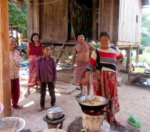 Les bananes sont frites après avoir été trempées dans une pâte. C'est tellement bon! Kratie, Cambodge.