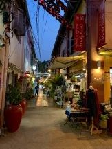 Nous trouvons presque tout dans la petite ruelle où est situé notre hôtel, Siem Reap, Cambodge.