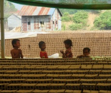 Des enfants s'amusent alors que leurs parents travaillent à l'usine de fabrication de briques. Kratie, Cambodge.