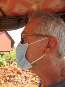 Sokcheat nous a acheté des masques pour nous protéger. Le soir nous aurons bien du mal à nous débarrasser de la poussière orangée qui s'est collée à notre peau et à nos vêtements. Kratie, Cambodge.