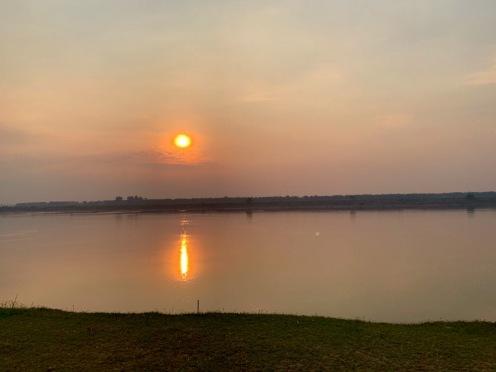 La région de Kratie est réputée pour ses couchers de soleil sur le Mékong. Cambodge.