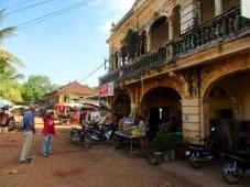 D'anciennes demeures coloniales sont les vestiges de l'époque française. Leurs grands balcons offrent une vue imprenable sur le Mékong. Chhlong, Cambodge.