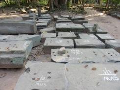 Ces pierres numérotées constituent des pièces d'un gigantesque casse-tête des temples d'Angkor, Siem Reap, Cambodge.