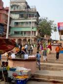 Des marchands vendent des contenants vides afin que les pèlerins, venus faire leurs ablutions sur les ghats, puissent ramener de l'eau du Gange, Varanasi, Inde.