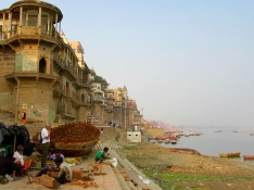 Á l'ombre des édifices anciens qui semblent veiller sur le Gange depuis toujours, des artisans construisent un bateau, Varanasi, Inde.