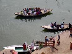 Un départ en barque pour une ballade sur le fleuve sacré, un incontournable à Varanasi, Inde.