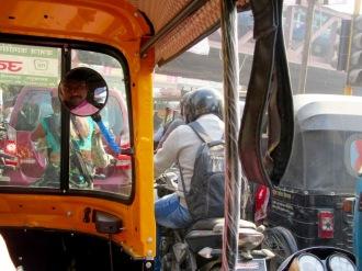 Une ballade en auto-rickshaw dans les rues achalandées de Varanasi, Inde.